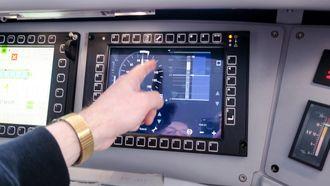 Kontrollskjermen: Togføreren får en ny skjerm i lokomotivet som forteller som hastighet og viser strekningen foran hvor kjøretillatelsen foreligger. Med denne skjermen trengs det ikke signaler langs sporet og det gjør oversikten svært mye bedre uansett siktforhold.
