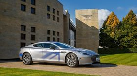 Aston Martin RapidE ble vist fram i London i oktober.