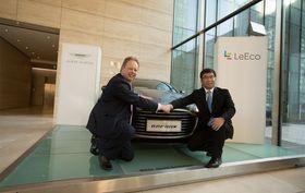 Ding Lei fra LeEco og Andy Palmer fra Aston Martin etter signeringen av den nye MOU-en.