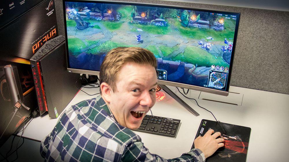 Jepp, så fornøyd blir man når man skjønner man bruke litt av arbeidsdagen til å spille League of Legends på en monsterskjerm.