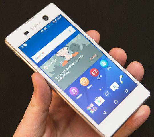 Sony Xperia M5 er lekker i hvitt, med en blank metallist rundt telefonen.