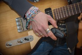 Fjernkontrollen: Denne lille kontrolleren kommuniserer trådløst med effektpedalene. Slik blir gitaristen langt mer fleksibel på scenen.