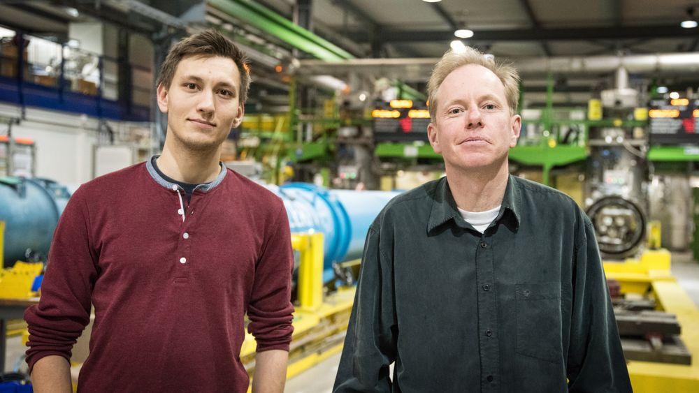 Passer for nordmenn: Kristian Andersen er bare 24 år og skal nå studere videre etter halvannet år ved Cern. Ved hans side står Nils Høimyr, som har hele 25 år bak seg ved Genève, der han har jobbet med data siden oppfinnelsen av world wide web.