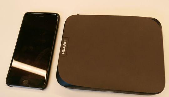 Den nye dekodere er ikke stor av seg. Her ved siden av en iPhone 6S Plus.