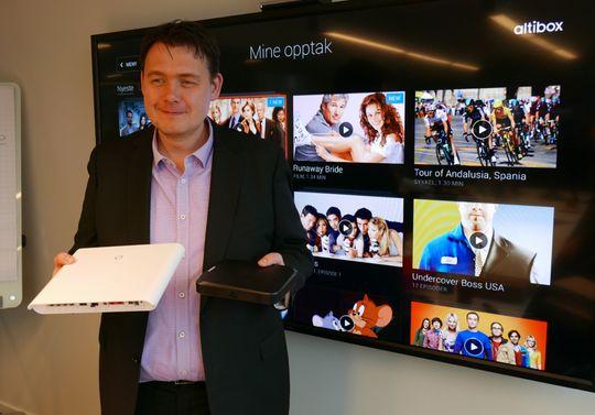 Øyvind Lundbakk, produktdirektør i Altibox, viser frem den nye hjemmesentralen og dekoderen.