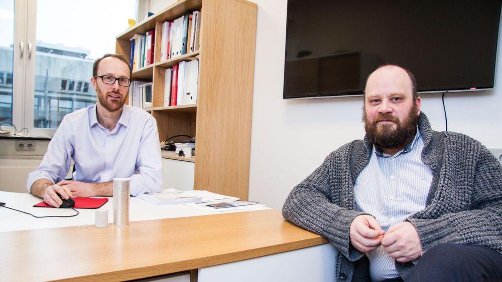 Martin Fernø (til venstre) og Geir Ersland ved Institutt for fysikk og teknologi ved Universitetet i Bergen jobber med et prosjekt hvor bevegelsene til CO2-skum i bergarter kartlegges ved hjelp av PET-skanner.