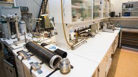 Disse beholderne fylles med bergprøver og CO2 under trykk, og avbildes i PET-skanneren. Foto: Marius Valle