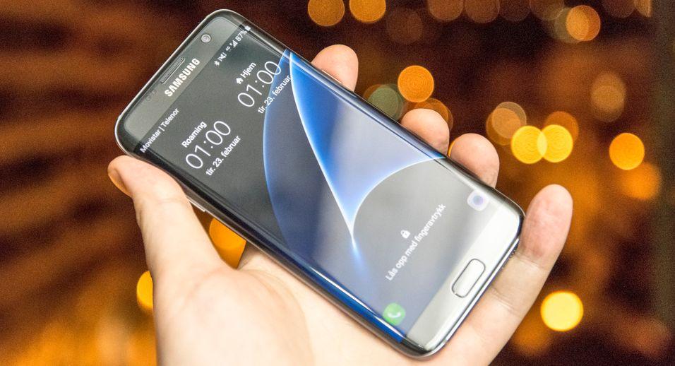 En av neste års iPhone-modeller skal visstnok få en kurvet OLED-skjerm, som på Galaxy S7 Edge, her avbildet.