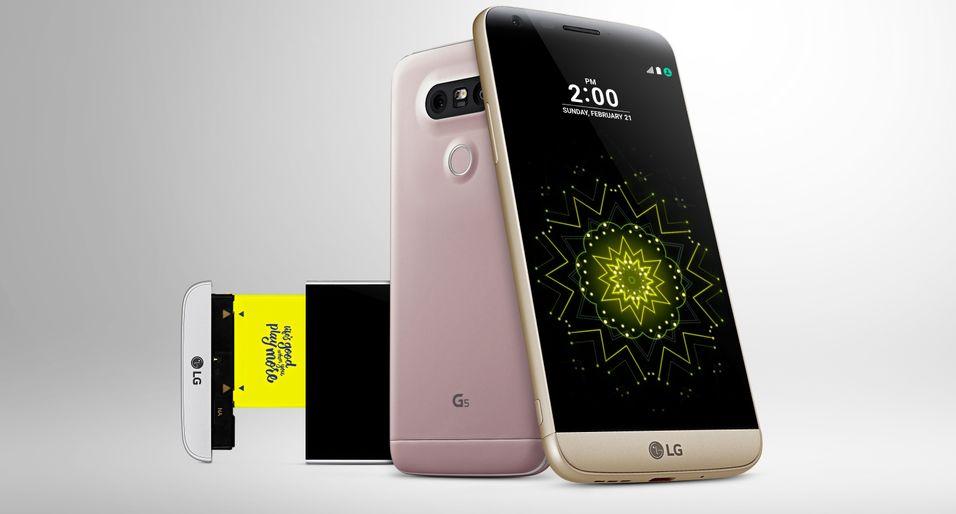 Ser du mobilen der bak? Den nederste delen av telefonen kan trekkes helt ut for å bytte batteriet.