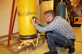 Rustanalyse: Tekniker Knut Espen Lorentzen har skåret hull i rørledningen for å jakte på årsaken til korrosjon.