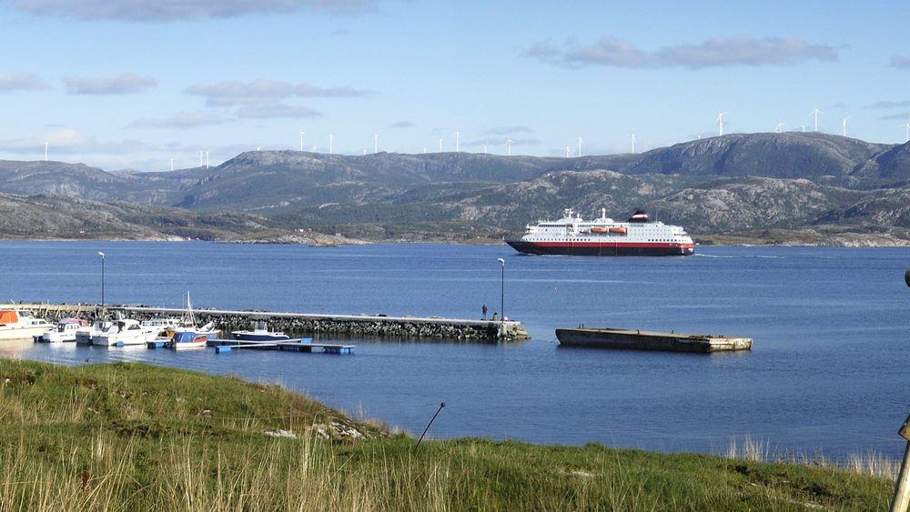 Visualisering av en av vindparkene som nå skal bygges ut, Kvenndalsfjellet på nordsiden av Trondheimsfjorden, sett fra Linesøya.