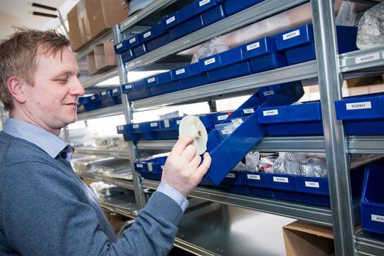 Tusenvis av små varer skal håndteres effektivt. Det krever et godt ERP-system.
