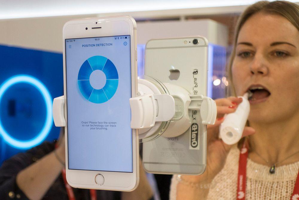 Pusse: Det er blitt morsommere og mer instruktivt å pusse tenner med den nye elektriske tannbørsten til Oral-B. Men om folk er villig til å bruke mobilkoblingen er en annen sak.