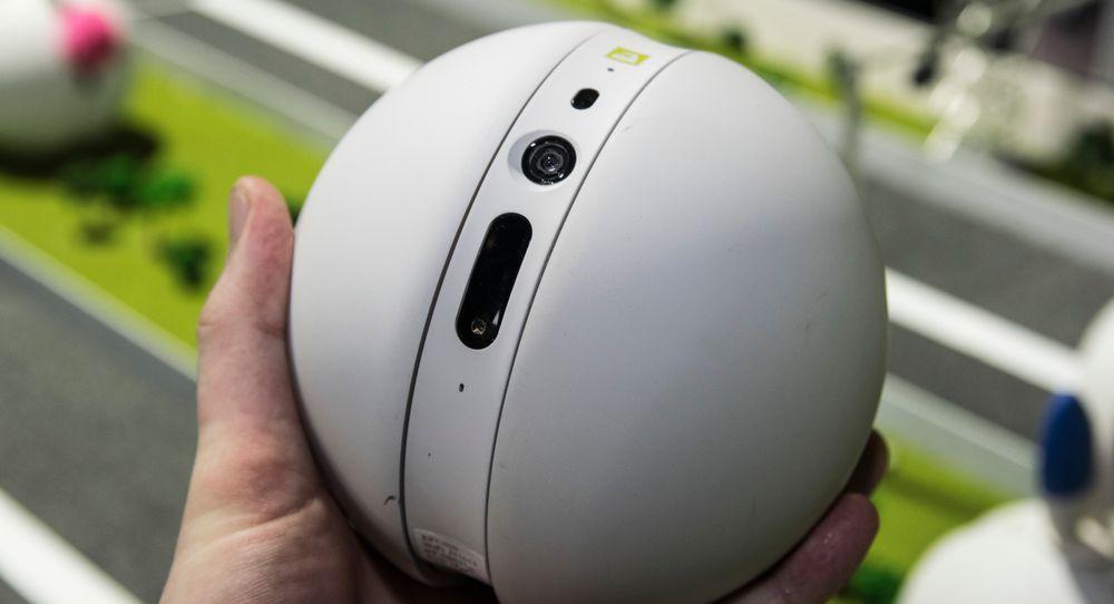 LG Rolling Bot er en slags kombinasjon av lek og nytte, hvis vi skal tro LG. Prisen lander et sted under 3000 kroner, men akkurat hva den blir vet vi foreløpig ikke.
