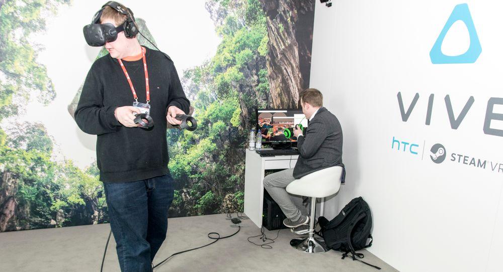 Det er fryktelig lett å la seg engasjere av Vive. Til høyre ser du demo-operatøren som orienterer meg underveis, og som holder øye med hva som foregår inni brillene på skjermen sin.
