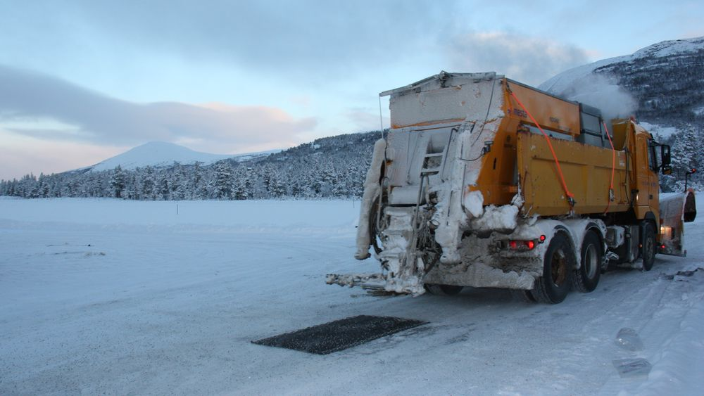 Vil sikre vinterveiene med kokende sand