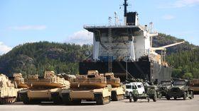 De første amerikanske stridsvognene losses i Norge for halvannet år siden.