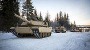 Tre M1A1 Abrams og en Hercules beringsvogn.
