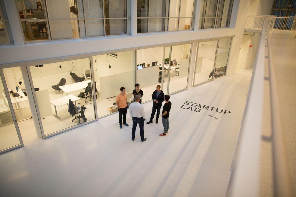 Startuplab i Forskningsparken ved Universitetet i Oslo er et eksempel på gründerfelleskap. Bidragsyter Alain Fassotte oppfordrer gründere til å flytte inn i slike kollektiv. .