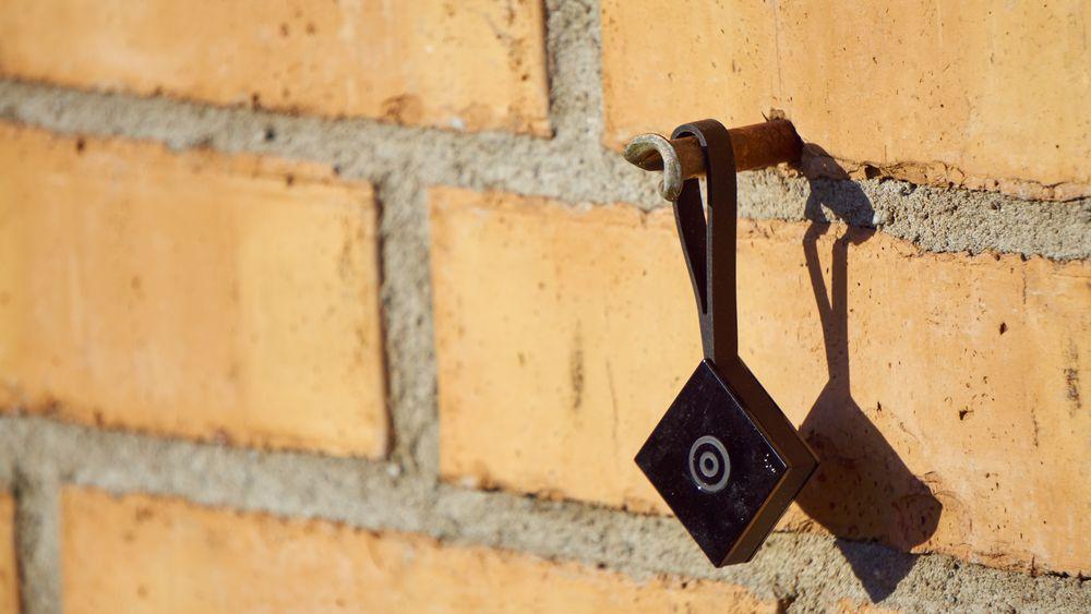 Nokia Treasure Tag kommer med et eget gummideksel med hank, som lar deg feste brikken på gjenstander.