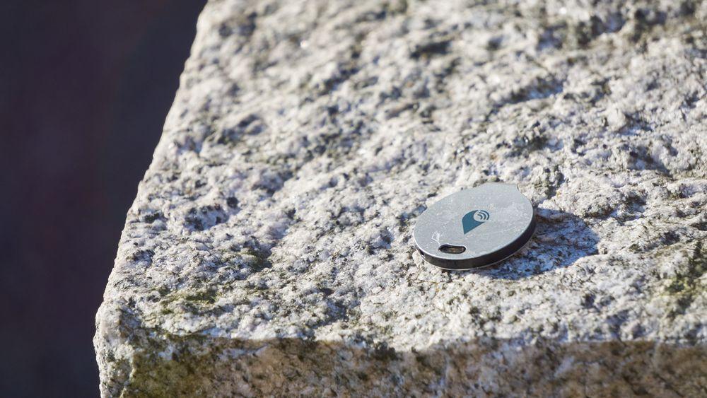 TrackR Bravo er en minimalistisk og lekker sak i aluminium.