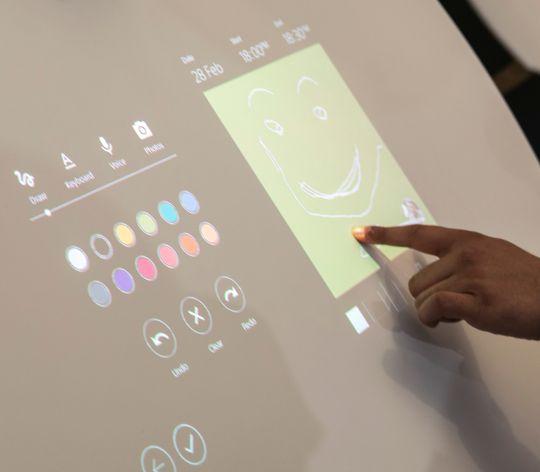 Projeksjonen kan du bruke som en vanlig berøringsskjerm.