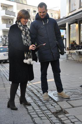 Ordfører i Bærum kommune, Lisbeth Hammer Krog, bruker «Meld en feil»-appen for å melde inn et feil. Tjenesteleder Christian Strandenæs instruerer.