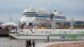 """Det tyske cruiserederiet AIDA har installert landstrømutstyr på """"AIDAsol"""", som av og til er innom Oslo. Rederiet sier at alle skip skal ha landstrømkobling og vil benytte det der det tilbys. I Hamburg får skipet landstrøm fra lekteren""""Hummel"""" , som bruker LNG-drevne generatorer for å produserer strømmen."""