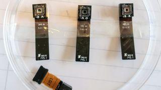 Investorene kaster penger etter norsk mobil-linse - nå er den første linsa i produksjon