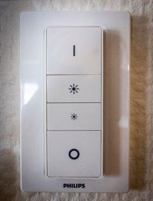 Dimmer-bryteren fra Hue, som kan plasseres i et veggfeste med magneter og fungere omtrent som en vanlig lysbryter, eller tas ut og brukes som fjernkontroll.