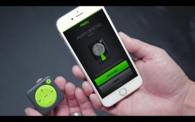 Enheten synkroniseres mot mobilen via en egen applikasjon.