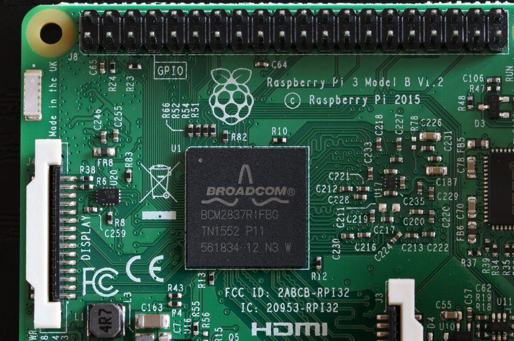 Utsnitt av Raspberry Pi 3. Her ser vi den nye SoC-en: Broadcom BCM2837. Ved festehullet øverst til venstre ser vi trådløsantennen.