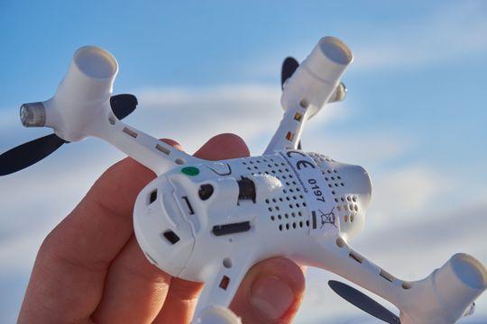 Minnekortplassen har siden forrige generasjon X4 fått en ny og MYE smartere plassering, der minnekortet ikke lenger stikker en halv centimeter ut av selve dronen.
