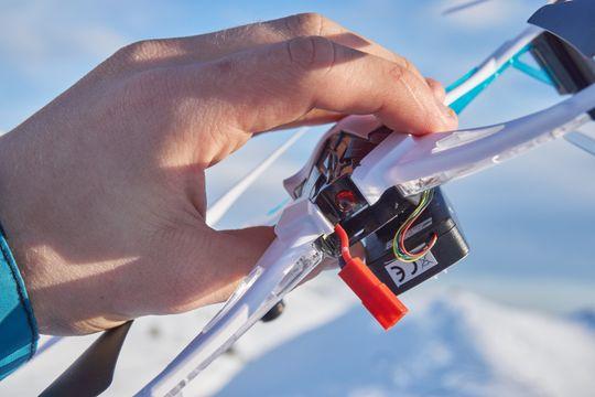 Batteriet har en egen lomme på baksiden av dronen, og er relativt stort.
