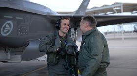Morten Hanche gratuleres av generalinspektør i Luftforsvaret Per Egil Rygg etter den første turen i et norsk F-35.