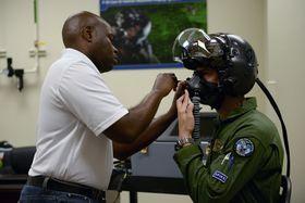 Christopher Culley i Rockwell Collins utfører de siste tilpasningene av visir, maske og displaysystem på Morten Hanches skredderskydde F-35-hjelm.