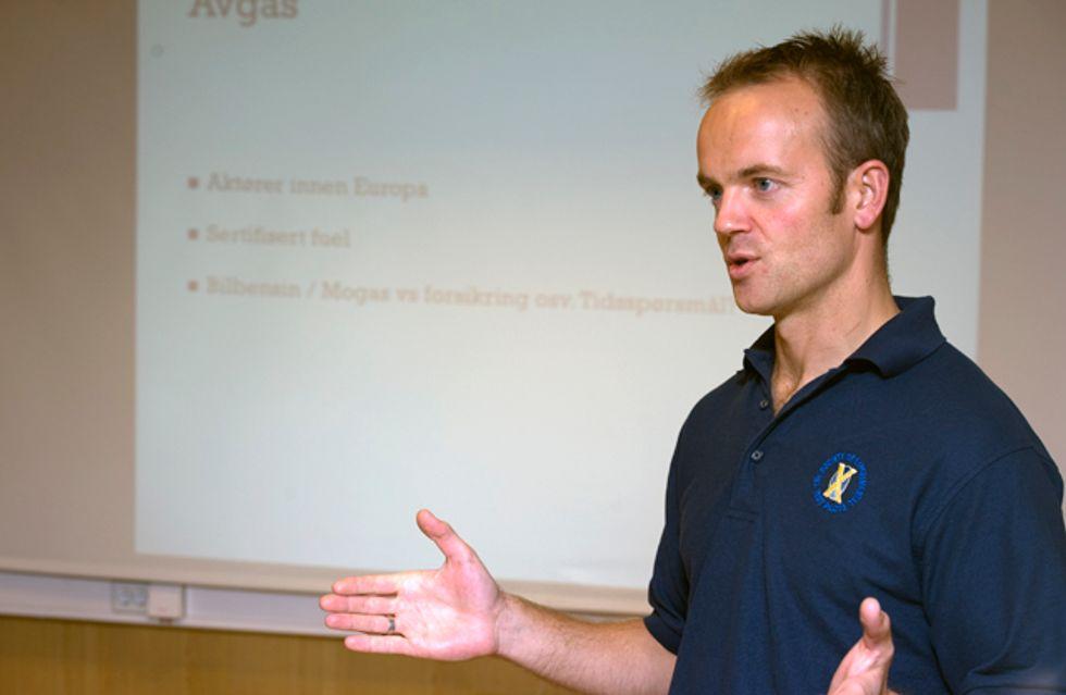 Eskil Amdal hos QFS presenterer Hjelmco avgas 91/96 på EAA-møte 13. oktober
