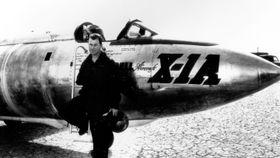 Chuck Yeager foran X-1A-testflyet han brøt lydmuren med for 68 år siden.