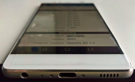 USB Type-C i bunnen, samt også hodetelefoninngang og høyttalerhull.