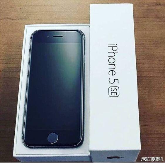 Slik ser hele bildet av den nye telefonen ut. Her kan vi tydelig se både 2,5D-skjermen og iPhone 5SE-navnet.