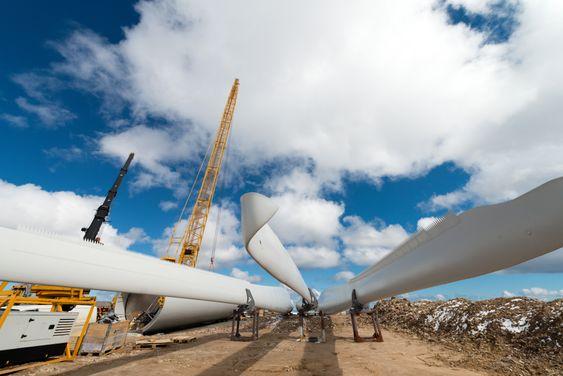 Rotorbladene til de 278 Vestas-turbinene får et vingespenn, eller rotordiameter, på 117 meter. Illustrasjonsbildet viser rotorblader som venter på å bli montert i Raggovidda vindpark i Berlevåg. Illustrasjonsbilde.
