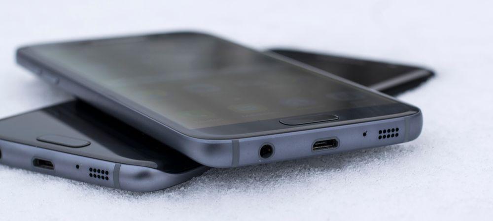 Galaxy S7 oppå Galaxy S7 Edge. Begge har buet glass på baksiden, men det er bare Edge-modellen som har buer også på forsiden.