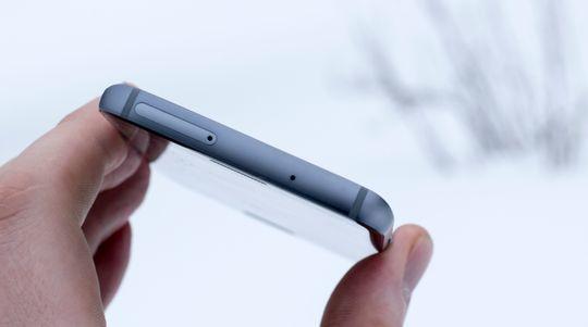 SIM-kortluken skjuler plass for minnekort, og det er vanntetting rundt den, slik at du ikke behøver å skalke andre luker.