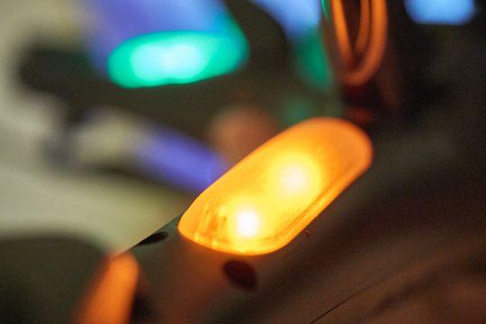 Det er relativt kraftige lysdioder under dronen, som gjør det lett å se den i skumringen.