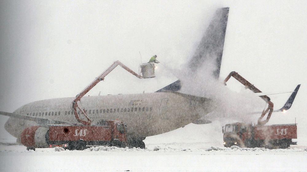 I oktober 2013 kom Boeing med nye prosedyrer i «Aircraft Maintenance Manual» (AMM) som blant annet sier at påføring av avisingsvæske bør skje i en vinkel forfra og ikke fra siden.Dette bildet er fra avisingen av et B737-700 fra SAS på Kjevik i januar 2013.