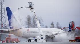 Avising av et Boeing 737-700 fra SAS på Oslo lufthavn.