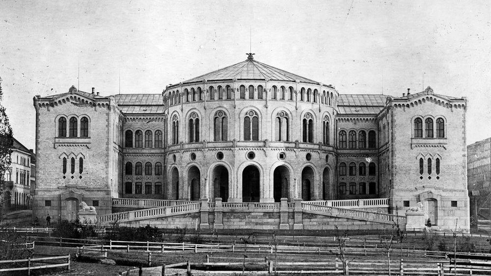 Dagens stortingsbygning er en helt annen enn den som vant arkitektkonkurransen i 1856