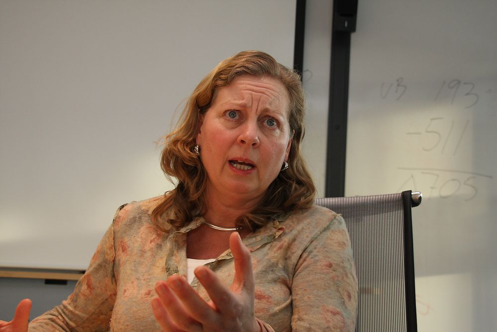 Telenor Norge-sjef Berit Svendsen flytter oppgaver til indiske TCS, men hennes kommunikasjonsdirektør avviser at det er snakk om sosial dumping fordi det ikke er hele stillinger som rammes.