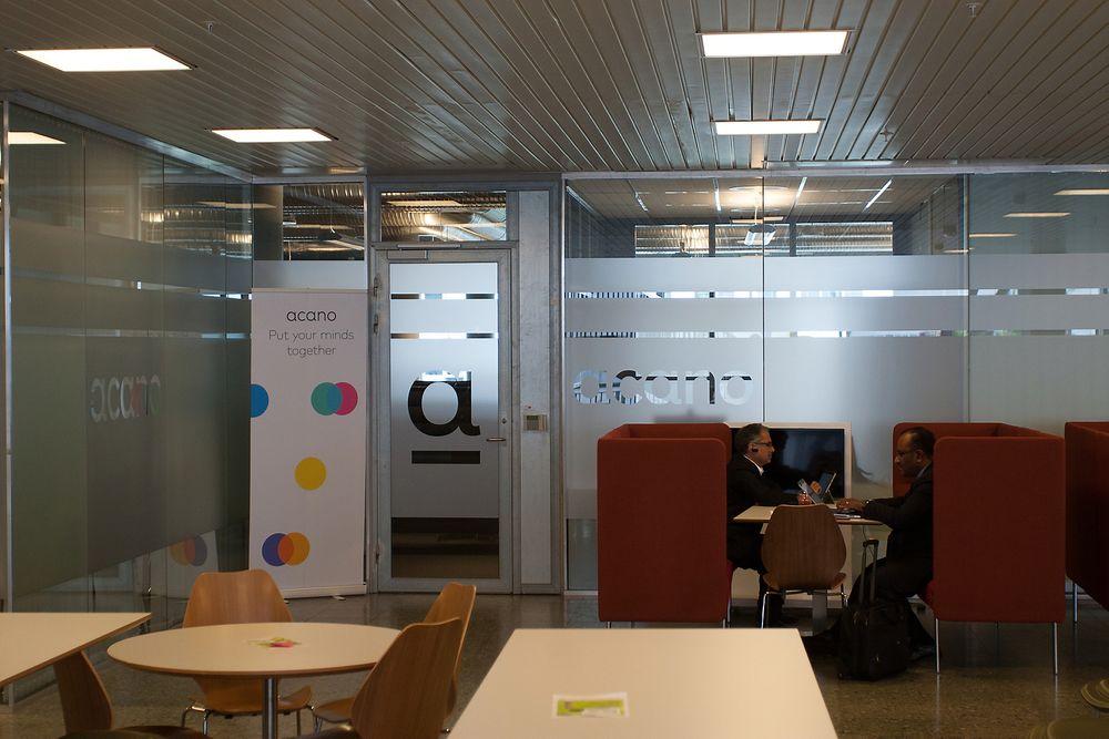 Bildet er fra Acanos hovedkvarter på Fornebu, der de også har egen R&D-avdeling. Forskning- og utvilklingsavdelingen er for øvrig delt 50/50 mellom Fornebu og London - de bruker videomøter i samarbeidet.