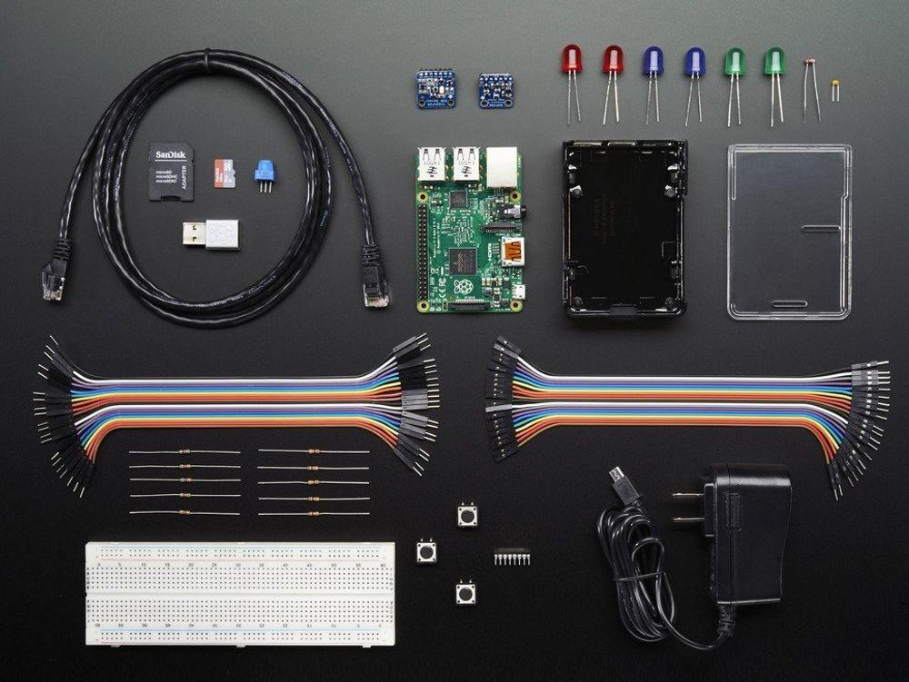 Innholdet i pakken. Windows 10 IoT Core følger med på et minnekort.